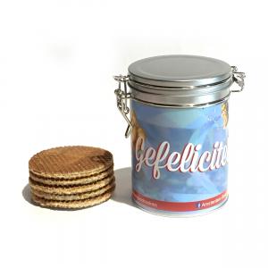 Stroopwafelblik - Gefeliciteerd Een prachtig stroopwafelblik gevuld met heerlijk authentiek gebakken stroopwafels. Het ultieme cadeau van Amsterdam! Good Cookies is nu verkrijgbaar voor iedereen die: iemand wil verrassen. van stroopwafels houdt. liefde wil geven.