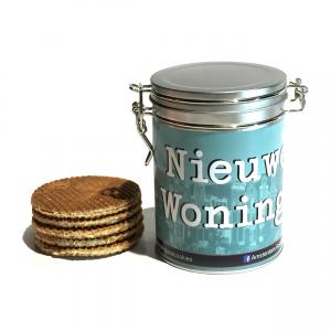 Wil je iemand feliciteren met zijn of haar nieuwe woning? Doe het met ons prachtige Nieuwe Woning Blik!Natuurlijk is het blik gevuld met een zakje met 8 heerlijk authentieke Amsterdam! Good Cookies stroopwafels. Dat is heerlijk thuiskomen!